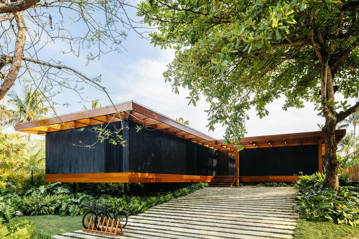 Construído pelo Jacobsen Arquitetura na Laranjeiras, Brazil na data 2014. Imagens do Pedro Kok. O objetivo conceitual desse projeto foi desenvolver uma casa de 2 pavimentos que visualmente parecesse térrea. Pra is...