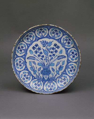 Dish, frita, pintada en azul bajo vidriado y turquesa con diseño floral, Turquía (Iznik), 1535-1540.
