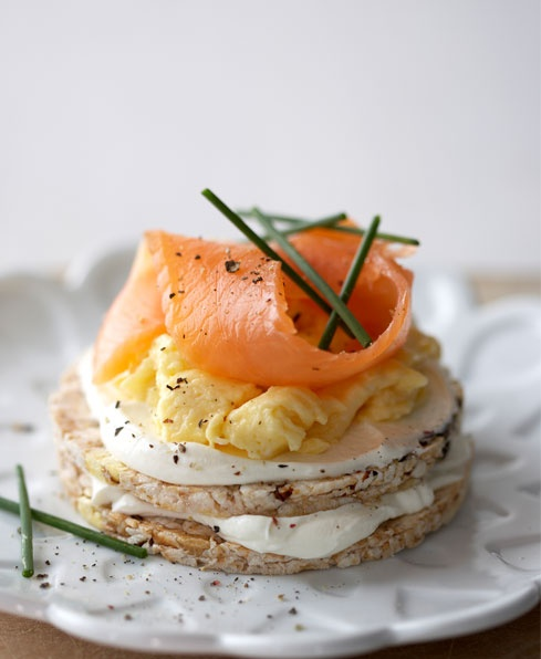Jazz Up Your Snacks! 2 Multigrain Cakes with smoked salmon and cream cheese (Total: 1 283kJ) What you need: 3 tbsp low-fat cream cheese, 1 egg, 1 tsp butter, 1 tbsp fat-free milk, 1 thin sliver smoked salmon, seasoning and 2 chives.
