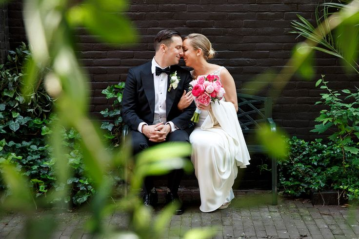 Bloemist: AP Bloem//Fotograaf: Mon et Mine// Bruidsjurk: van Martina Liana//Bruidsschoenen: TOMS Wedding Collection//Make-up en haar: Amber Weijers//Outfit bruidegom: SuitSupply