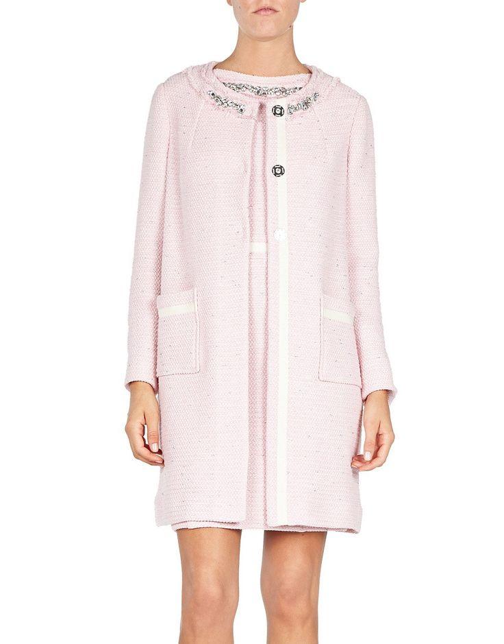 Questo cappotto girocollo, in tessuto tweed aderente, con cristalli ricamati lungo la scollatura e maniche a tre quarti, ha una silhouette geometrica.