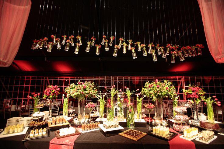 Flores en buffet de postres y frascos colgados. Casa Montt.