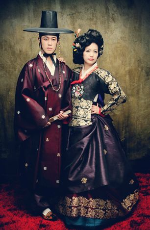 Her hair!   Love it/Korean Couple in Hanbok. The world of the Orient.