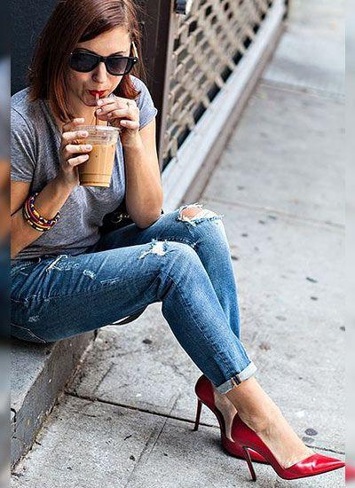 ダメージジーンズ×赤パンプス×グレーTシャツのコーデ(レディース)海外スナップ | MILANDA