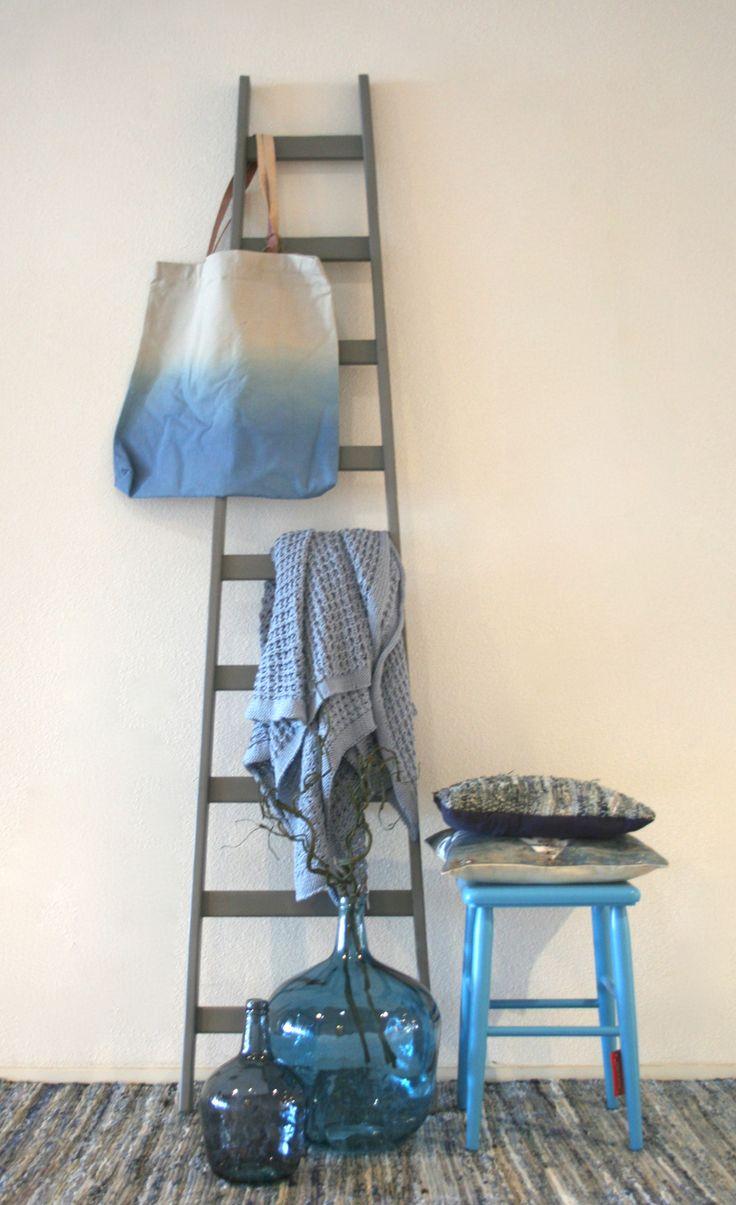 Haal de kleur blauw in huis! Blauw geeft je interieur een pure en frisse uitstraling. Styling & Fotografie - Demelza Krens ♥ Eijerkamp