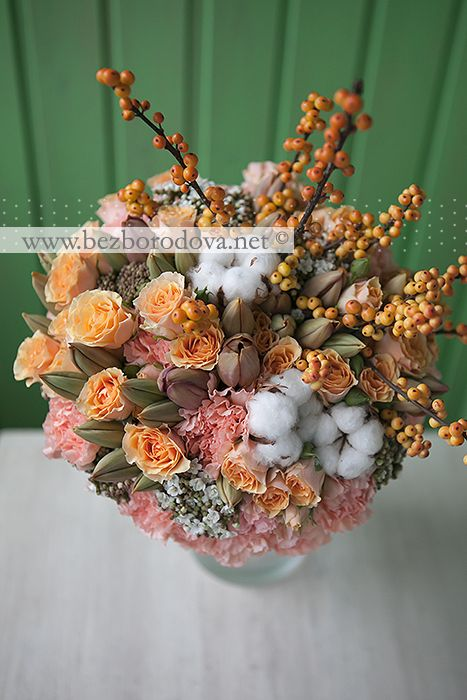 Персиковый букет из кустовых роз  с коричневыми тюльпанами, хлопком и ягодами