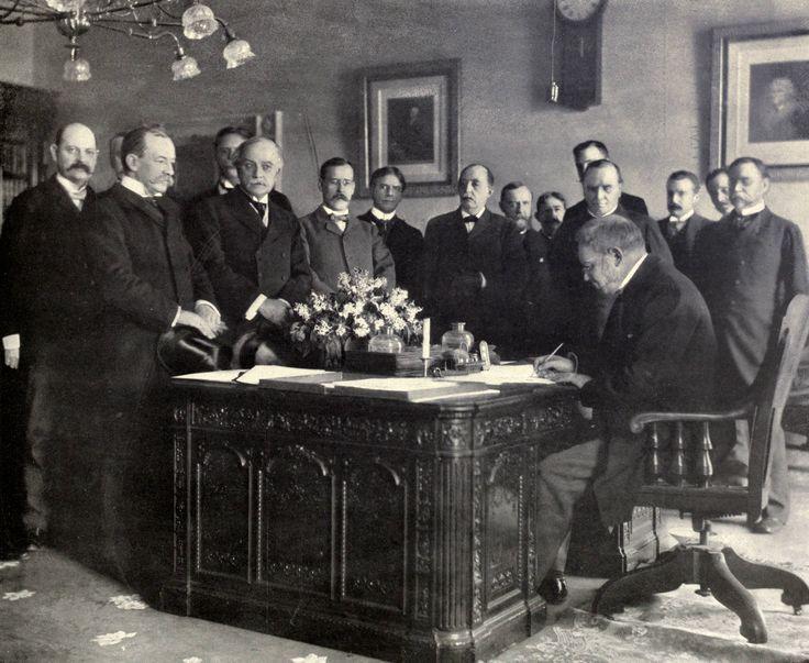 Jules_Cambon_signs_Treaty_of_Paris,_1899.JPG (2752×2256)El 11 de abril, Jules Cambon, embajador francés en Washington firmó, en nombre del gobierno español, la ratificación del Tratado de París, ratificado por la reina María Cristina el 19 de marzo. La firma tuvo lugar en el Dormitorio Lincoln de la Casa Blanca, sobre el Escritorio Resolute.