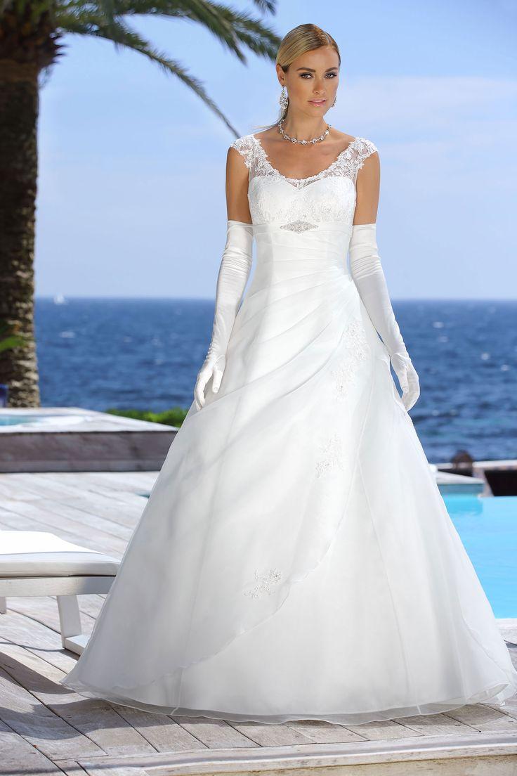 Ladybird 316083, collectie 2016 Een eenvoudigogend trouwkleed maar met fijne stijlkenmerken, waardoor deze weer net iets anders wordt.…