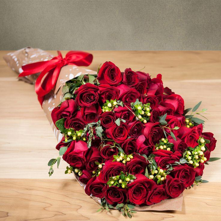 50 Rosas rojas para mamá. Encuentra los mejores arreglos de flores para el 10 de mayo.  #FloresParaMamá #RegalosParaMamá
