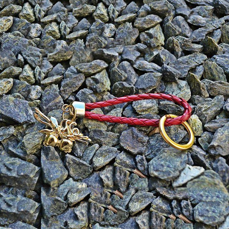 Γούρι μπρελόκ μπρούτζινα σκορδάκια, σε μπορντώ κορδόνι από φίδι, επίχρυσο κρίκο και μεταλλικά στοιχεία.