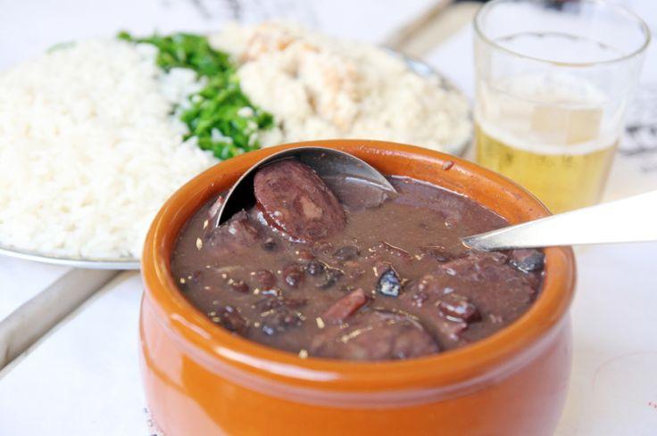 La Feijoada es un platillo típico de Brasil hecho con diferentes carnes de cerdo y frijoles negros.  Este platillo historicamente se hacia para sacarle el mayor jugo a los restos del cerdo pero hoy en día es considerado una delicatesen gourmet.