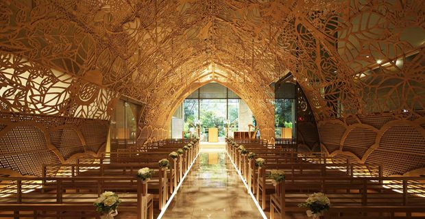 Romanticismo, eleganza e poesia sono le caratteristiche di questa cappella nuziale realizzata nel luglio 2014 all'interno della hall dell'Ana Crowne...