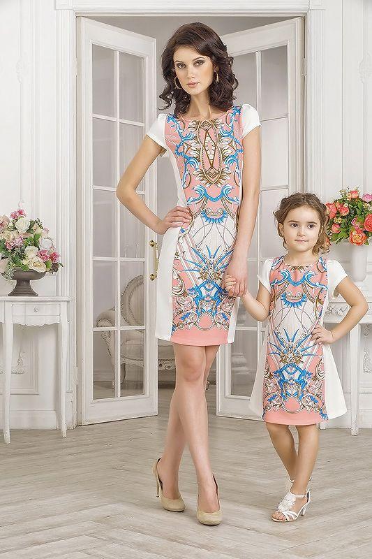 Одинаковые платья для мамы и дочки на лето, с рисунком арт-деко. Платье для мамы облегающего кроя, с высоким вырезом и коротким рукавом. Спереди и сзади модель украшена крупным принтом от верха до подола в стиле арт-деко. Рисунок разноцветный, с преобладанием нежно-розового, кораллового цвета в каче
