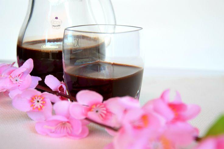 Il liquore al cacao è molto facile e veloce da realizzare. Il suo aspetto corposo e cremoso con il gusto unico del cioccolato