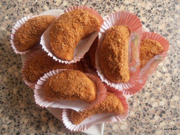 selem alaykoum/bonjour Voici de délicieux petits croissants qui accompagneront parfaitement un thé ou un un café!! une recette que j'ai déniché sur le joli blog de patisserie de habbouss,je l'ai légèrement modifiée en réalisant une farce spéculos/chocolat!!...
