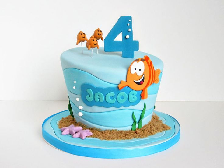"""I like the three goldfish on top and Mr. Grouper actually looks good too.  The indented fondant is a nice touch and I like the """"sand"""""""