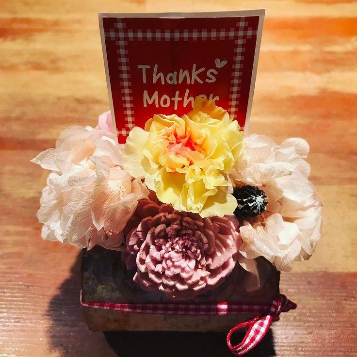 本日はお花教室に参加して母の日に向け奥さんにプレゼントするドライフラワーアレンジメントどうかしら #母の日 #カーネーション