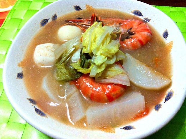 昨晩の家ご飯 フィリピン料理のシニガンと言う酸っぱいスープです♫ タマリンドと言う豆で作った調味料で酸味を付けます〜味付けはタイ料理のトムヤムクンを辛く無くした感じで 酸味が強いのでスープとしては日本人には結構敷居が高いかもしれませんが ビタミンも豊富で 慣れるととってもご馳走です(≧∇≦) - 12件のもぐもぐ - Sinigang na hipon【フィリピン風エビ入り酸味スープ】 by マニラ男