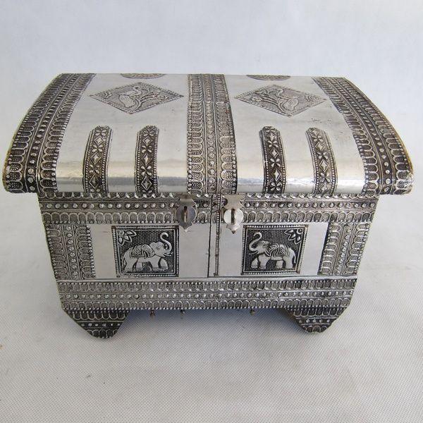 Um baú indiano em metal fissurado a prata com portas e ..