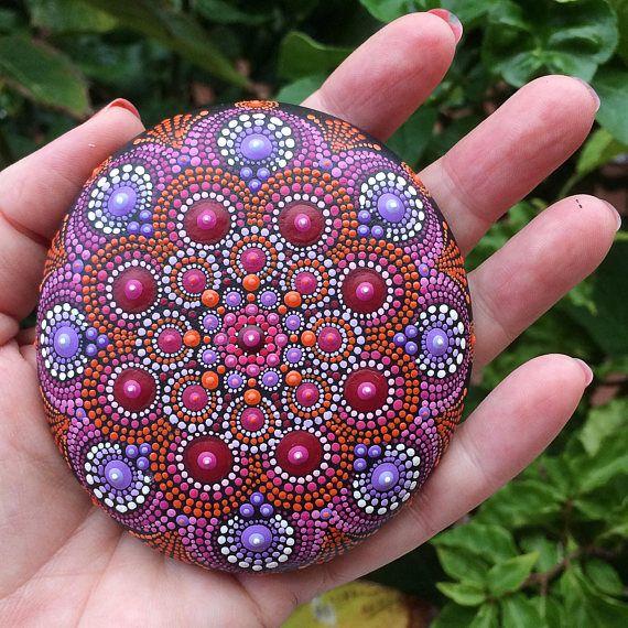 Mandala stenen handgeschilderde rood en paars.