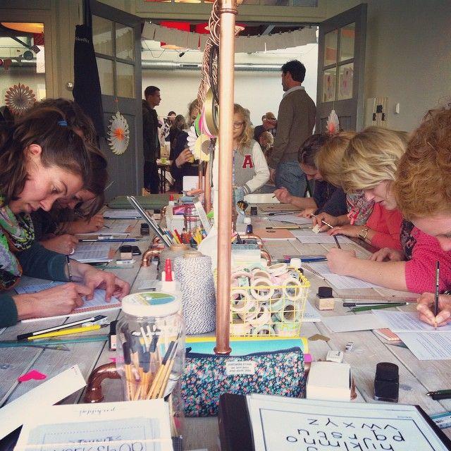 """@poppyredontwerp's photo: """"Wat een leuke, creatieve dag was het gister bij het PapierAtelier van @happymakersblog! Big thx voor Monique!! Fijne ontmoetingen met #geertjeaalders, @karenillustraties, @wowgoods en @suzannepaap! Bedankt deelnemers voor jullie enthousiasme tijdens de miniworkshops #handlettering en dank @seinfestijn voor de organisatie en gezellige (heeerlijke) naborrel!! #nagenieten"""""""
