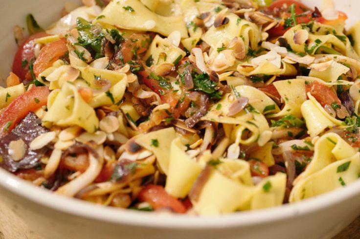 Met deze temperaturen moeten we het vooral hebben van zuiderse smaken in de keuken. In deze pasta zit veel olijfolie, maar het is dan ook een onwaarschijnlijk lekkere smaakbom. Voeg de tomaten, jalapeño en peterselie pas aan het einde toe.