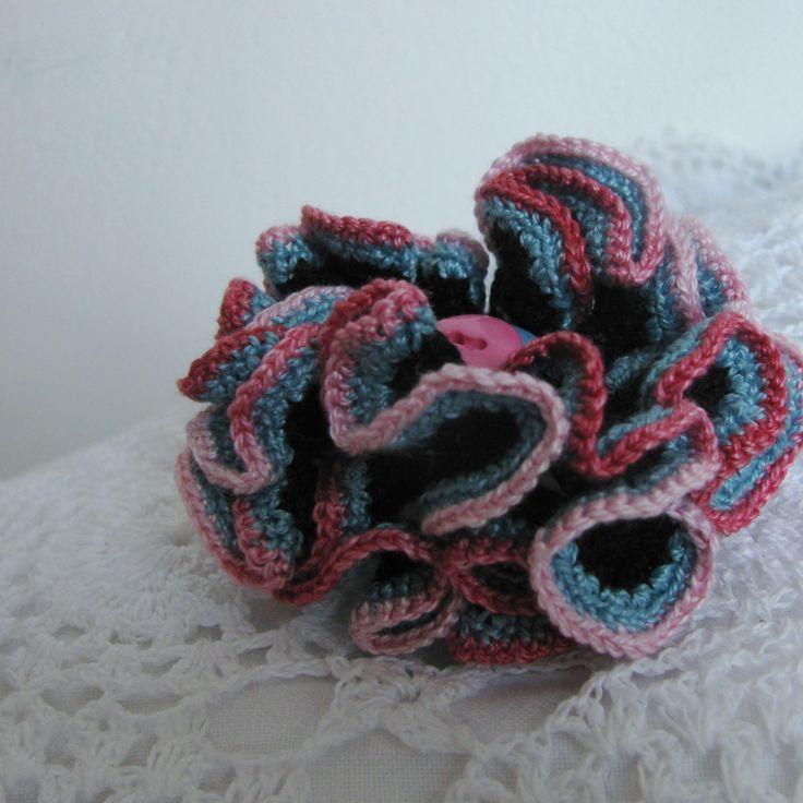 Tajemná - háčkovaný 3D květ Nebe se dotýká země. A na tomto místě rozkvétá barevný květ, jen k němu přivonět... Tato květina je uháčkována ze slabých bavlněných přízí (černý základ, modrošedý střed, červenorůžové okraje). Doplněno knoflíčkem. Má průměr cca 5,5 cm. Možno použít nejen na tašku, ale také ozvláštnit šál nebo dekorovat polštářky ...