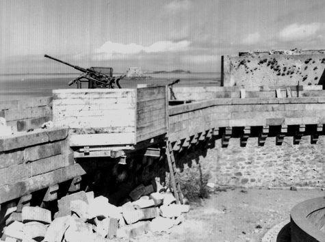 Photo Batterie anti aérienne sur les remparts peu avant le bastion de la hollande. Il est à noter que les remparts ont été détruits pour la mise en place de la batterie. Aujourd'hui encore nous remarquons les répararations effectuées pour l'oeil averti. - Saint-Malo
