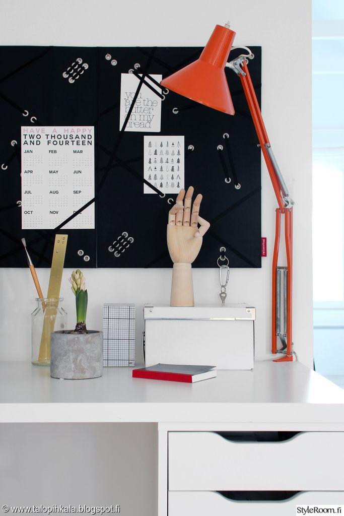 Tarpeelliset paperit voi kiinnittää työhuoneen omalle ilmoitustaululle. #styleroom #inspiroivakoti #tyohuone #retro Täällä asuu: Pihkala