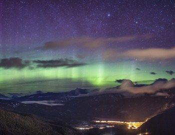Το Βόρειο Σέλας είναι από τα πιο εντυπωσιακά φυσικά φαινόμενα. Ο Καναδός φωτογράφος Richard Gotardo για να πετύχει τις λήψεις που ήθελε, κατασκήνωσε για τρεις μήνες στα Βραχώδη Όρη στις ΗΠΑ παρατηρώντας και φωτογραφίζοντας υπομονετικά