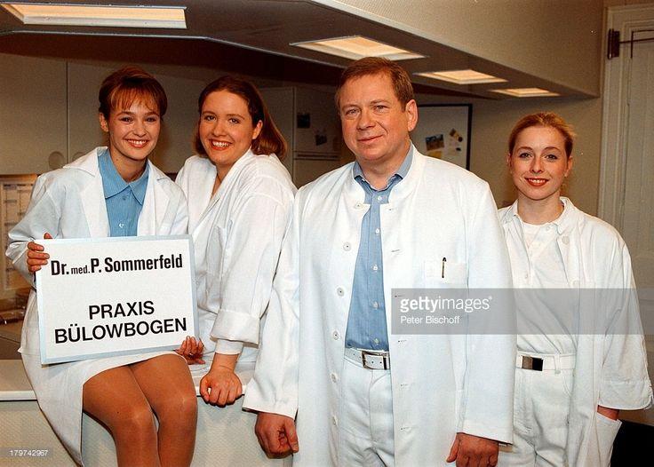 Rainer Hunold als 'Dr. Peter Sommerfeld' mit seinem Team der 'Praxis Bülowbogen', Sybille Heyen, Nana Spier und Tanja Geke in der ARD-Arzt-Serie 'Praxis Bülowbogen'