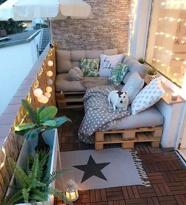 Wer liebt es nicht, so einen Balkon zu haben, um eine angenehme Zeit mit Freunden zu verbringen?