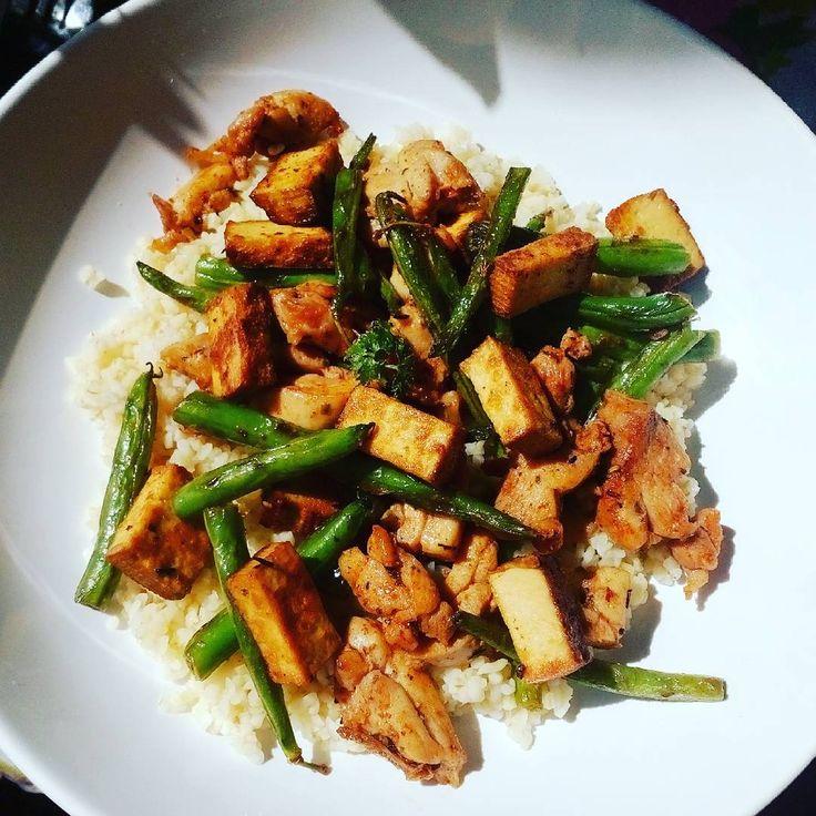 Sacharidové vlny za mnou, pokračujeme další výzvou! 😊 Kuřecí, zelené fazolky, uzený tofu, bulgur a lžička medu. #30tidennivyzva #sedavyzivotnistyl #healthyfood #foodporn #lunch #befit #yummy #loveit