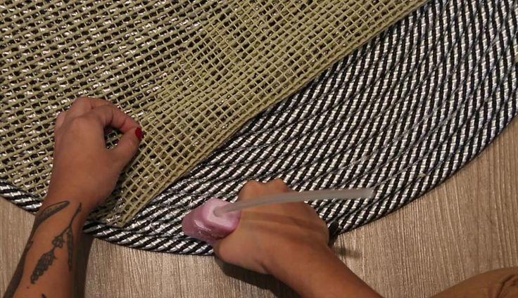 Ensinamos a fazer um tapete de corda versátil, que se adapta muito bem a diversos ambientes e dá um toque descontraído e informal aos espaços.
