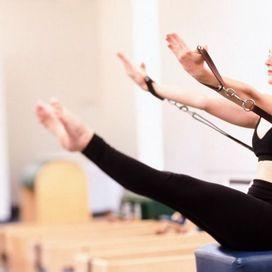 2 - Double straight leg stretch è un esercizio fantastico che mira a rinforzare in modo estremo i muscoli addominali: l'energia deve essere tutta concentrata nella zona della Powerhouse e ad ogni inspiro si abbassano le gambe (non di molto per non imbarcare la schiena) e si stendono le braccia; espirando si portano le gambe in alto allentando l'elasticità delle braccia.