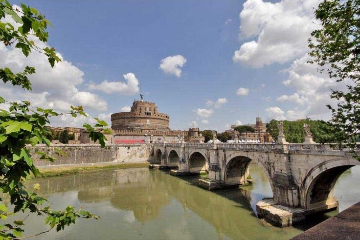 That's the amazing view you shouldn't miss if you book our Paola luxury apartment! It is located between Castel Sant Angelo, Piazza Navona and Campo dè Fiori. It is an excellent solution for your holiday in Rome