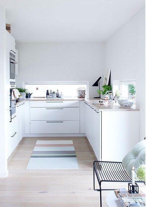 Une cuisine avec des fenêtres en crédence