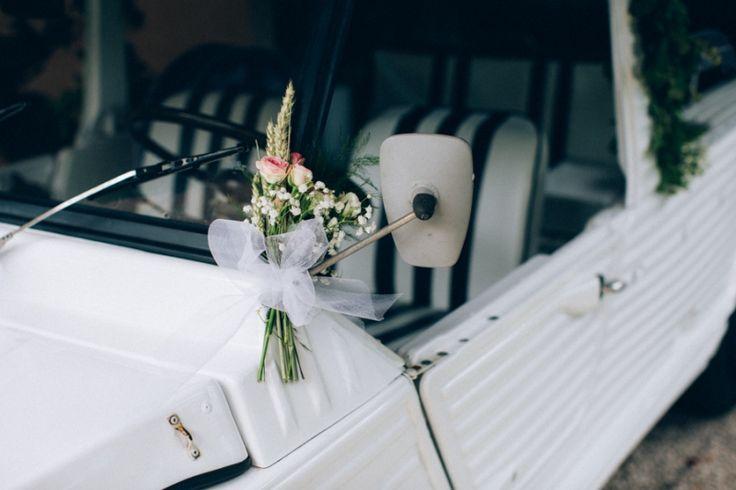 d co de fleurs sur le r troviseur d 39 une vieille voiture blanche mariage la voiture des. Black Bedroom Furniture Sets. Home Design Ideas