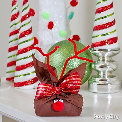 A DIY gift wrap idea Rudolph would <3! Made from a napkin, pipe cleaner antlers, a bow, candy eyes and red pom pom nose. Fab idea from Angie and Bumblebee's Craft Den!