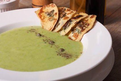 """На Масленицу принято есть блины, но в сети кафе """"#Базилик"""" (http://od.restorania.com/search/company/?q=%D0%B1%D0%B0%D0%B7%D0%B8%D0%BB%D0%B8%D0%BA) решили разнообразить ваши трапезы на этой неделе первым блюдом. И как всегда не простым, а очень оригинальным и вкусным. Гороховый суп с блинами, каперсами и укропом - яркое блюдо для яркого обеда  #Одесса #кафе #od .restorania.com"""