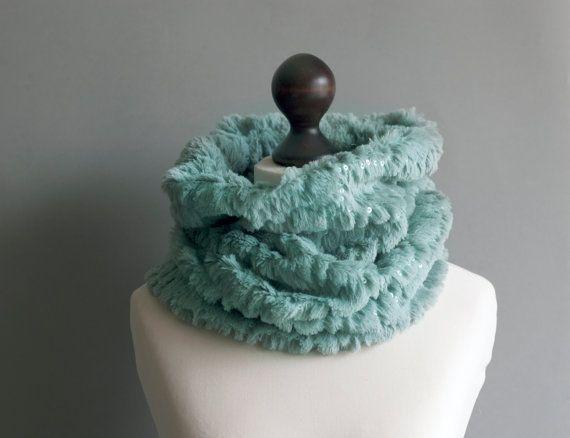 Fausse fourrure snood écharpe de couleur vert menthe avec des paillettes, accessoire de l'hiver au chaud et romantique pour les femmes.  Cest un nouvel élément à la main.    Plus de colliers dans notre boutique : http://www.etsy.com/shop/imali/search?search_query=collar