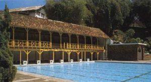 PEMANDIAN CIHAMPELAS - the beauty of paris van java////vele baantjes getrokken   in dit zwembad Tjamplas