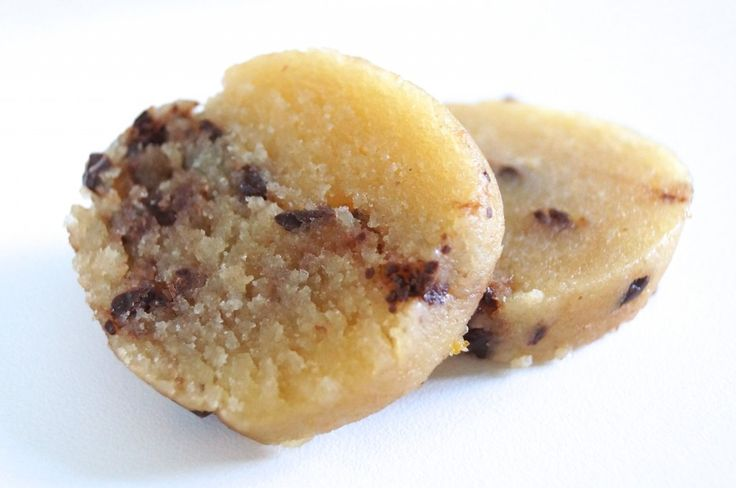 Lækker opskrift på sukkerfri marcipan med chokoladeknas - perfekt til adventshyggen og julebørdet, men kan naturligvis nydes hele året.