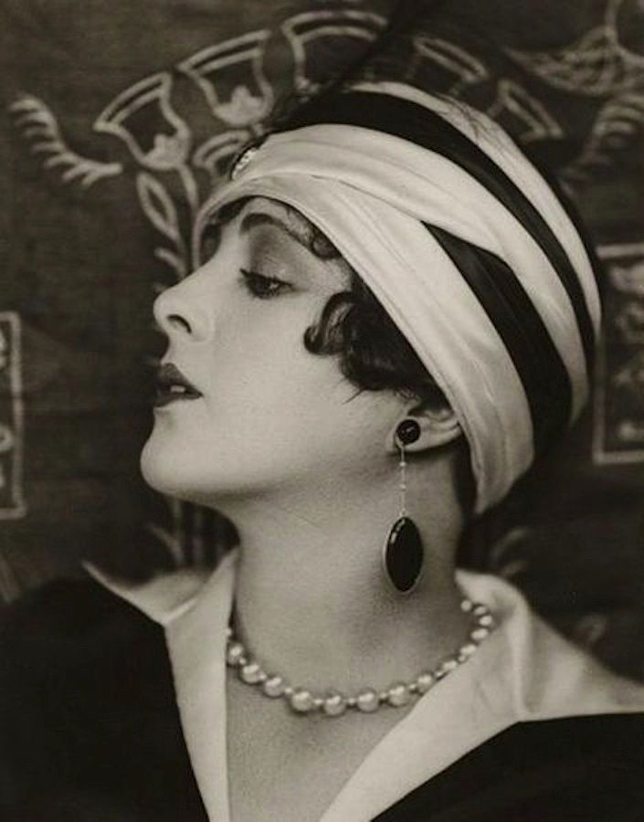 Billie Dove, one of the most popular actresses of the 1920s. Love the look...