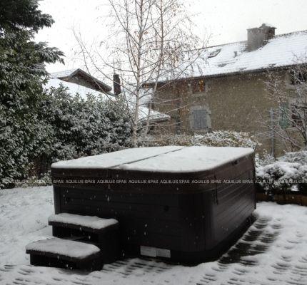 Après la piscine sous la neige... c'est le spa ! Relaxez-vous au milieu de la nature dans votre spa extérieur.  L'hiver, le contraste entre la chaleur du bain et la neige alentour vous enchantera… Etre dehors, en maillot de bain dans l'eau chaude quand tombe la pluie ou la neige, c'est tout simplement magique !