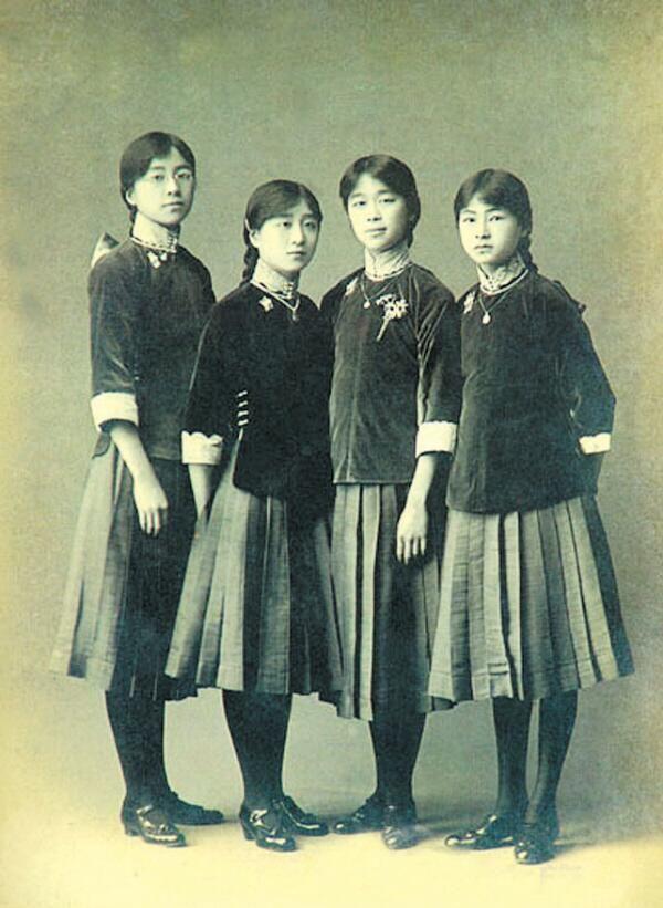 1916年の北京のキリスト教系のお嬢様学校、培華女子中学校の制服。中国的な上着にプリーツスカートを組み合わせた流行の中洋折衷スタイルを取り入れていた。