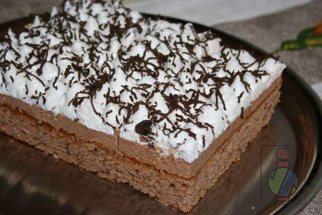 Kuchen mit Kakaoteig, dicker Kakaocreme und mit Schnee bedeckt.