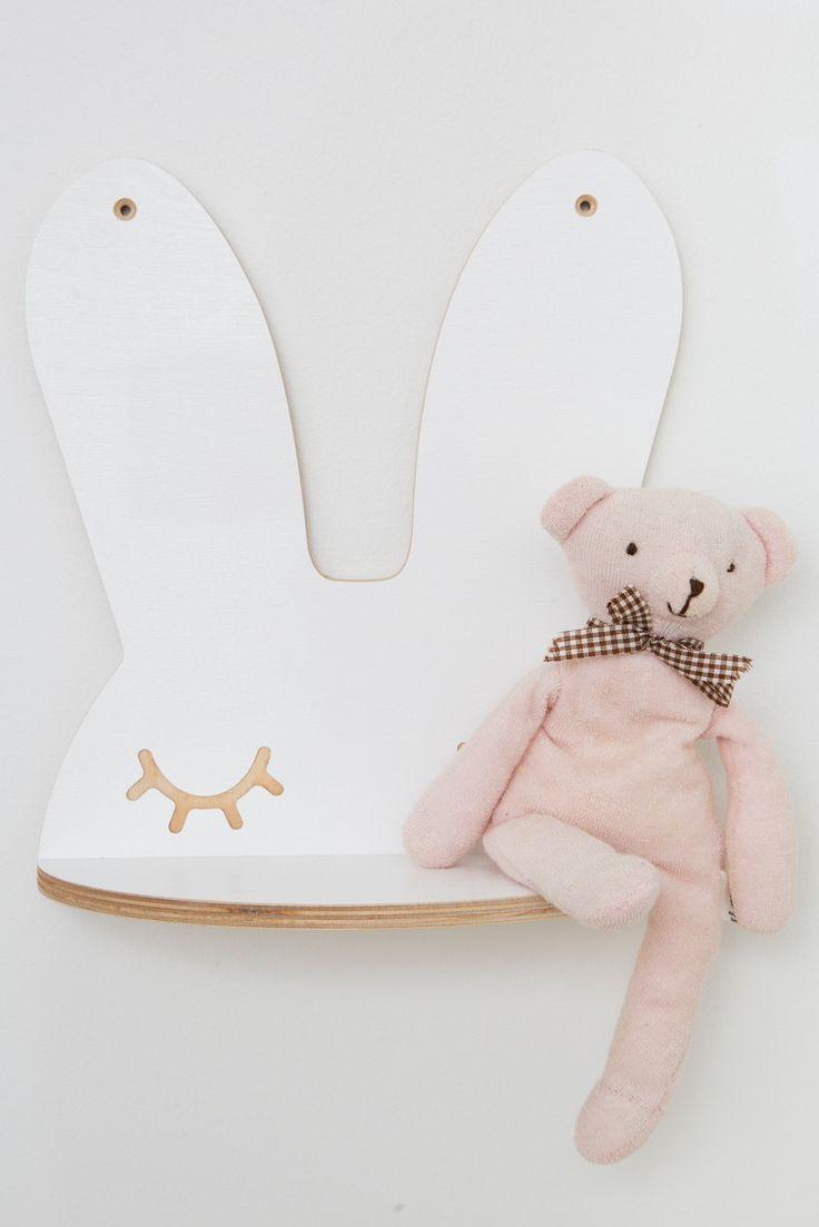Smuk hylde / lille natbord fra That's Mine. Hylden er formet som den yndigste sovende kanin. Hylden/bordet kan skabe en masse hygge i på børnenes værelser. Et godt sted til at opbevare bøger, småting som sutter eller bare et sted til en fin lampe.