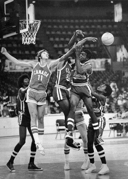 James Russell (11) du Canada participe au tournoi de basketball aux Jeux olympiques de Montréal de 1976. (Photo PC/AOC)