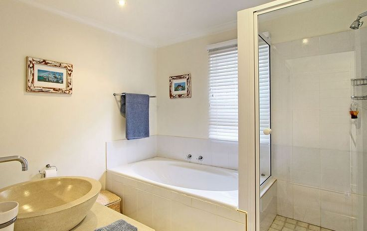 Self catering accommodation, Kommetjie, Cape Town   Bathroom with bath   http://www.capepointroute.co.za/moreinfoAccommodation.php?aID=483